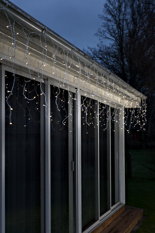 Led lichtervorhang eisregen 80 led warmwei for Weihnachtsbeleuchtung mit batterie und timer